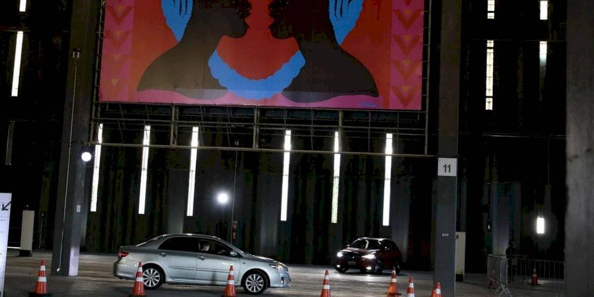 São Paulo recebe exposição drive-in com painéis gigantes