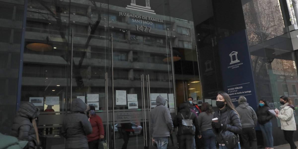 Largas filas en Juzgado de Familia por posibilidad de obtener pensiones de alimento adeudadas con el 10% del retiro previsional