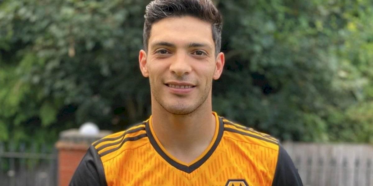 Raúl Jiménez modela el nuevo jersey del Wolverhampton