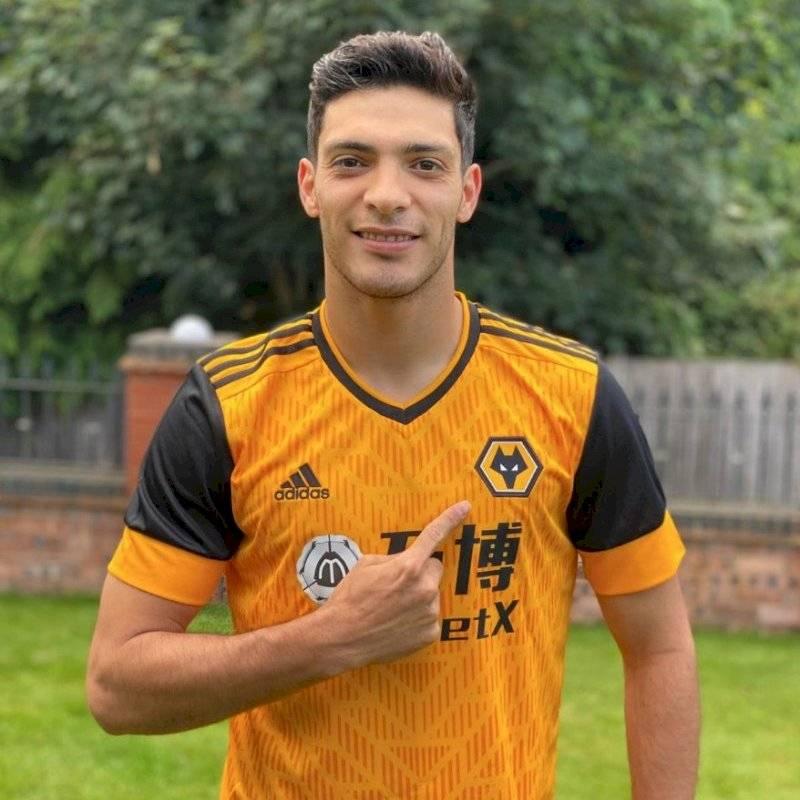 Raúl Jiménez modela el nuevo jersey del Wolverhampton El delantero mexicano portó la indumentaria de los Wolves para la temporada 2020-2021
