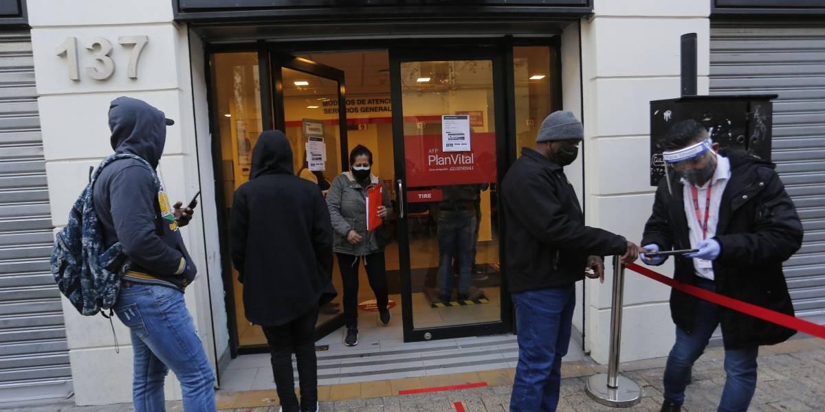 Oposición presenta proyecto alternativo a reforma de pensiones que propone fin de las AFP