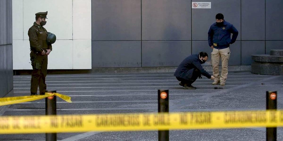 Hombre quedó en riesgo vital tras ser baleado en la conserjería de un edificio en Providencia