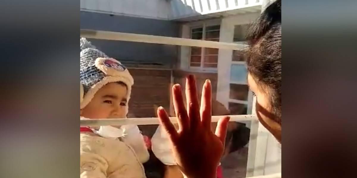 """Emotivo video de mujer policía con covid que habla con su hijo a través de una ventana: """"Te amo, no llorés"""""""