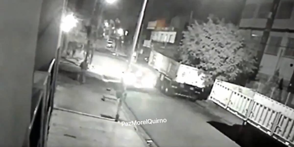 """Los murciélagos: video muestra la """"técnica"""" de ladrones que esperan a sus víctimas colgados en postes"""