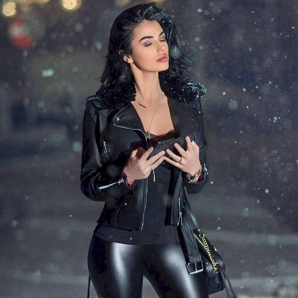 Leggings negros con franela oscura y chaqueta de cuero.