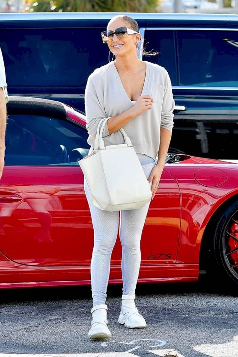Jennifer Lopez nos enseña cómo combinar unos leggins con un sueter cuello V y zapatillas