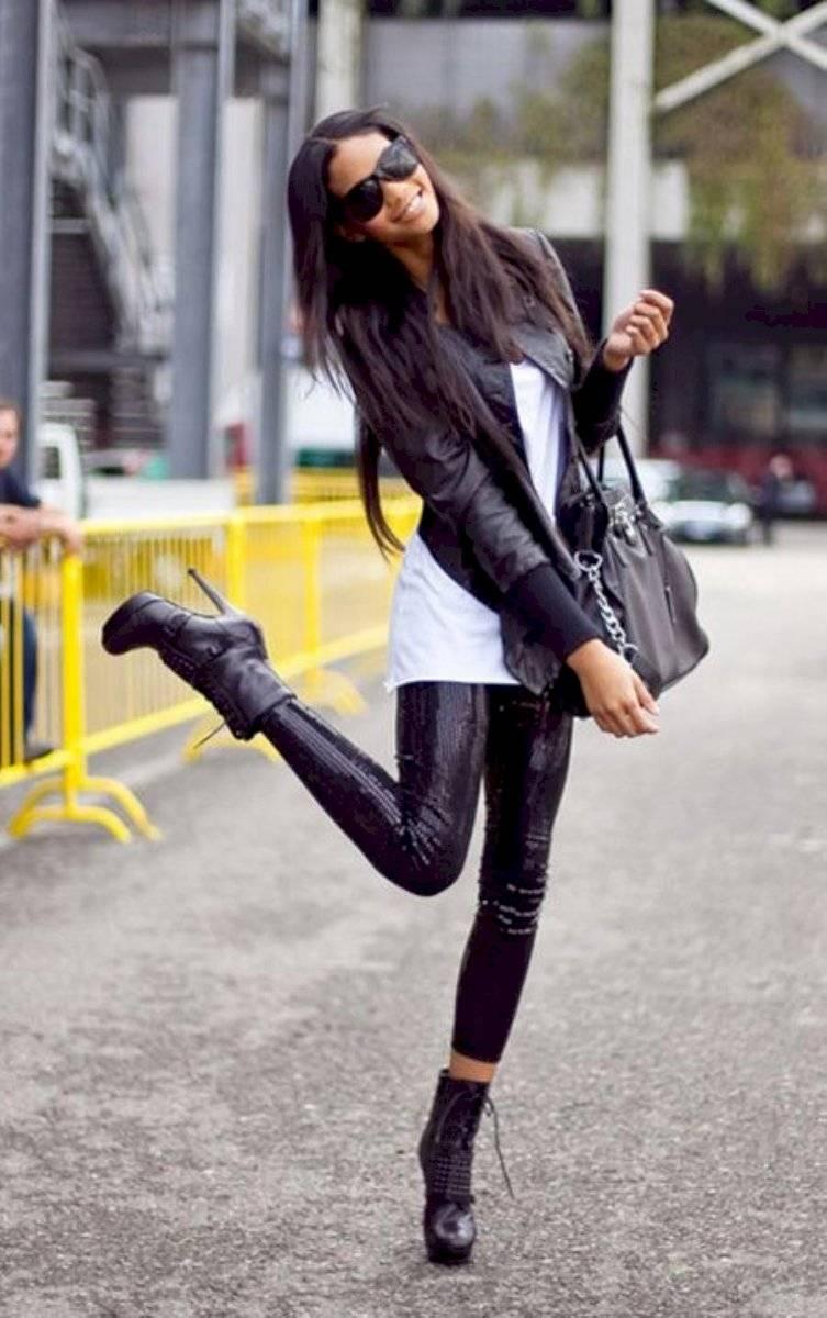 Los botines altos le dan elegancia a tu look con leggings