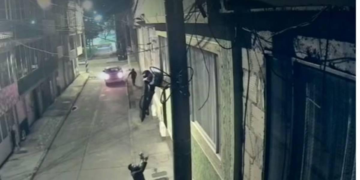 Luego de encontrar una ventana abierta, ladrones hicieron escalera humana y se robaron un TV