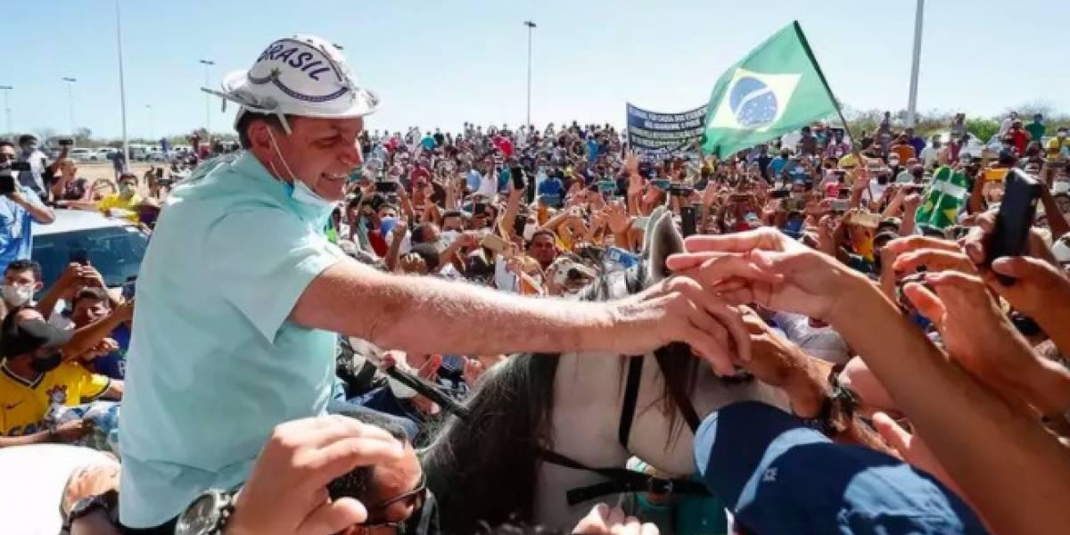 Bolsonaro causa aglomeração e tira máscara em primeira viagem após isolamento