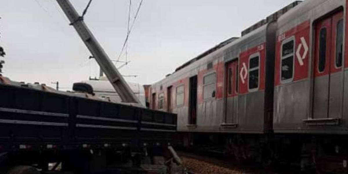 Linha 12-Safira da CPTM limita operação após caminhão atingir poste de energia