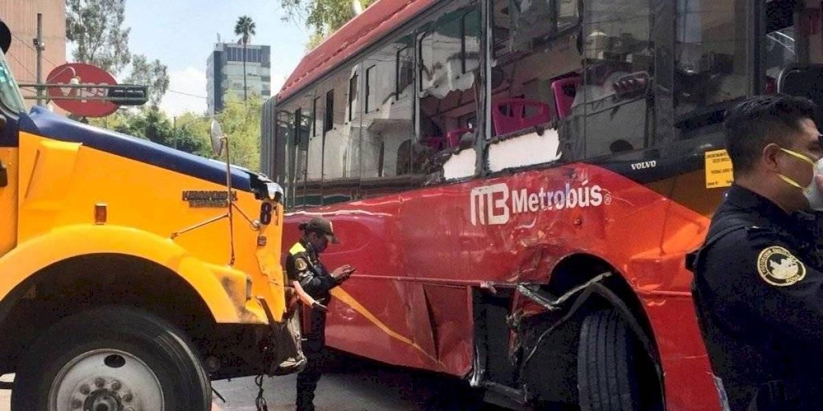 Tráiler impacta unidad del Metrobús en Insurgentes Sur y deja varios lesionados