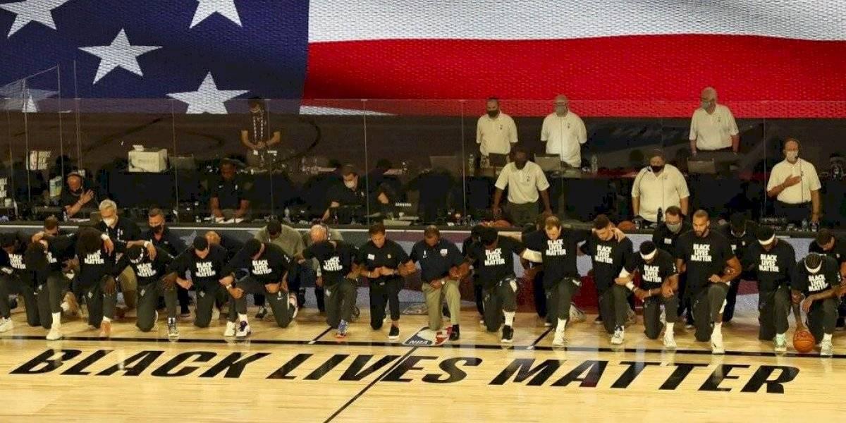 Reinicia NBA con jugadores de rodillas en protesta contra racismo