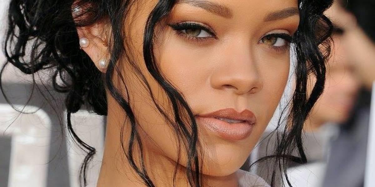 Rihanna derrocha cuerpazo en mini vestido de seda azul neón y flecos