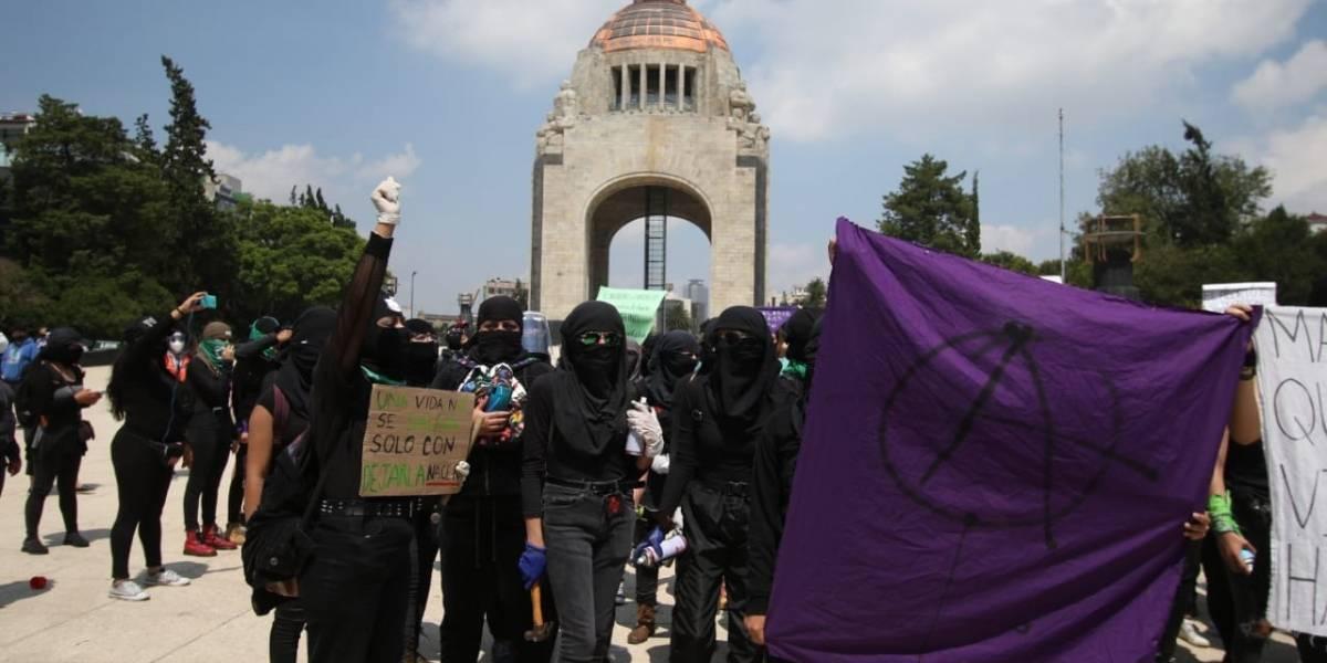 Feministas marchan a favor del aborto rumbo a la Corte