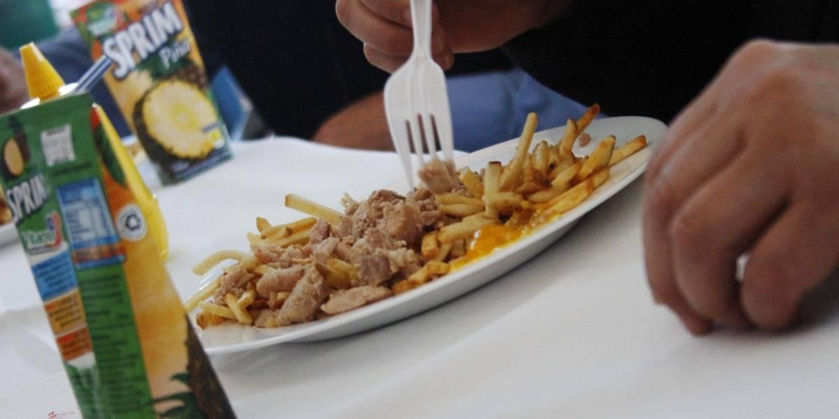 Era un secreto a voces: los chilenos aumentamos el consumo de frituras y dulces durante la cuarentena