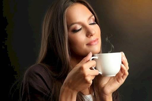 Mujer disfruta el café
