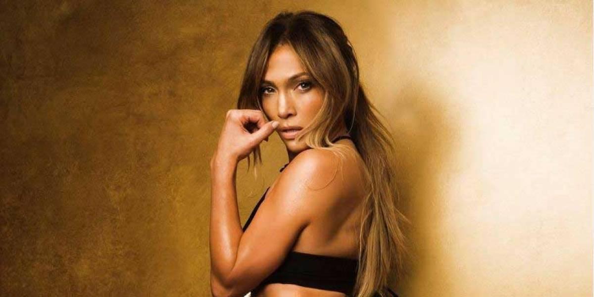 Jennifer Lopez repite sus leggings con estampado de pavo real y los combina con una sudadera verde pastel