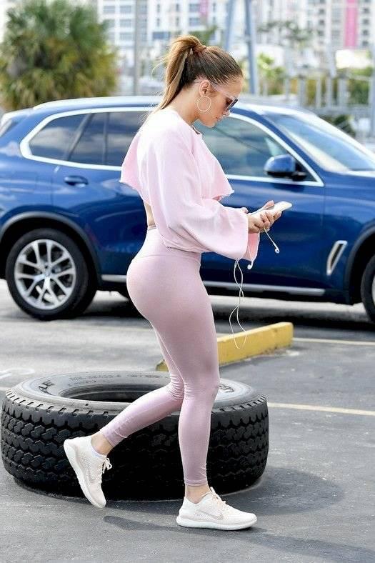 Jennifer Lopez muestra su 'paquete de seis' en leggings de cadera y una mini sudadera que resalta su espectacular figura