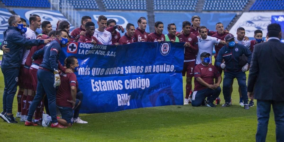 Jugadores del Cruz Azul muestran apoyo a Billy Álvarez
