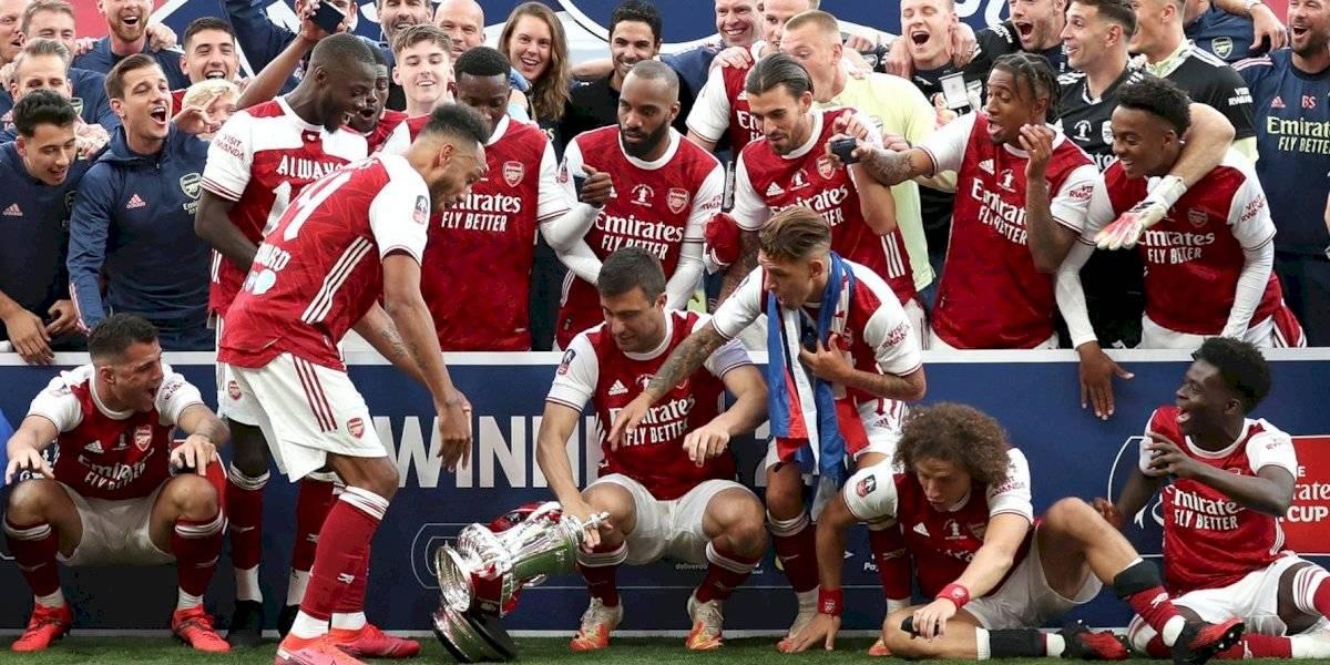 ¡A lo Sergio Ramos! Aubameyang rompe el trofeo de la FA Cup