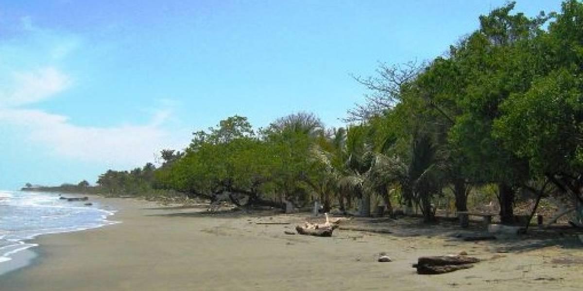 ¡Terrorífico! Al bajar la marea pobladores hallaron un esqueleto en la playa