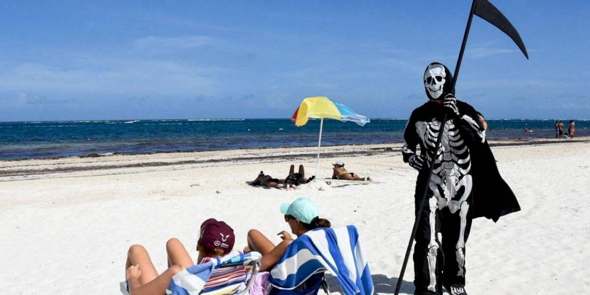 FOTOS: La muerte se pasea por la playa para ahuyentar a visitantes