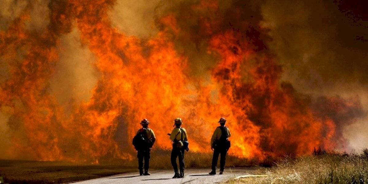 Incendio en el sur de California obliga a miles de personas a desalojar