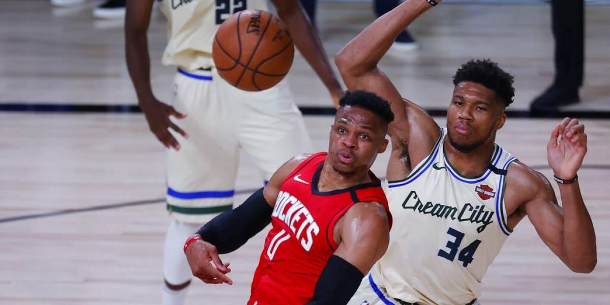 Westbrook carga a los Rockets para obtener victoria sobre los Bucks