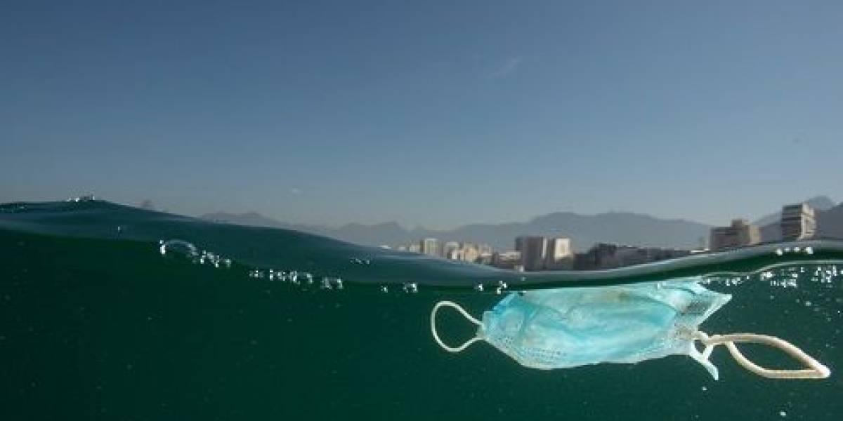 Banhistas descartam máscaras e poluem areia e mar no Rio de Janeiro