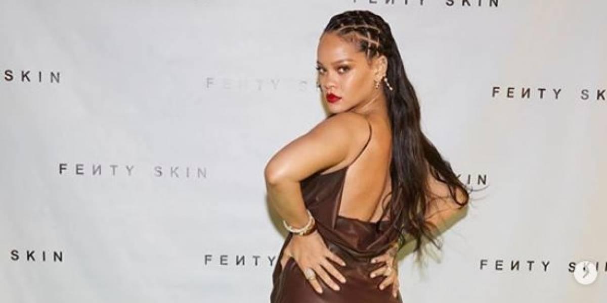 Rihanna se roba las miradas con este vestido verde con flecos