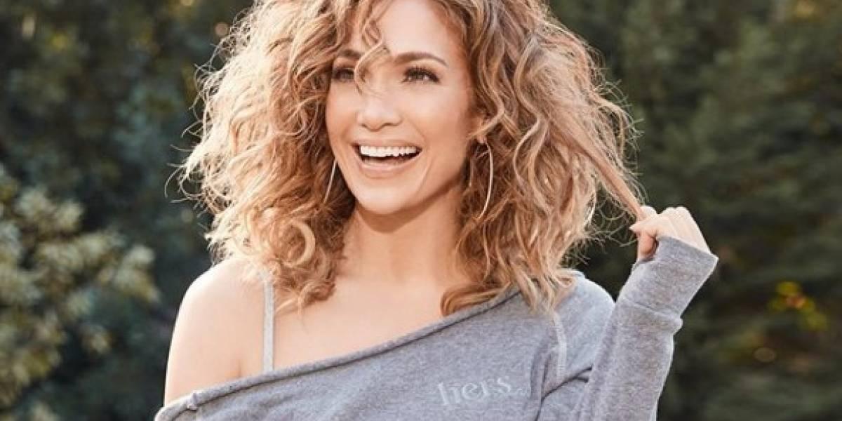 Jennifer Lopez sorprende con un pantalón vino tinto bordado con lentejuelas y un top de malla