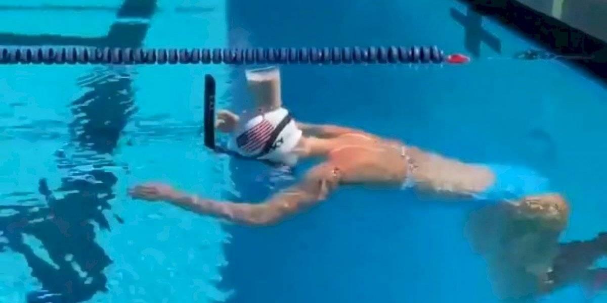 Katie Ledecky sorprende al nadar con un vaso con leche en la cabeza