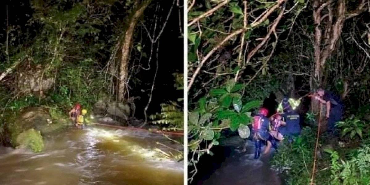Rescatan a dos mujeres varadas en río Gozalandia en San Sebastián