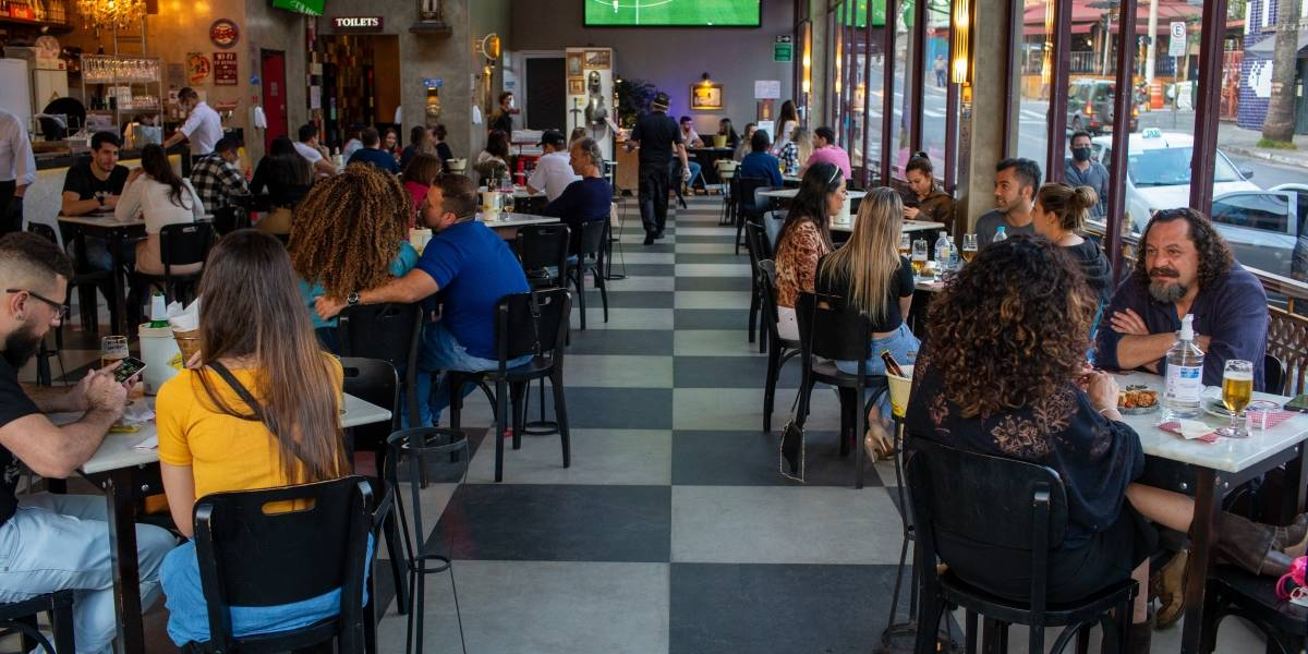Bares e restaurantes são os que mais 'furam' quarentena na capital paulista