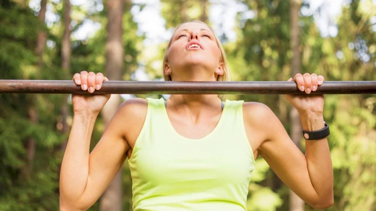 """Aunque no necesita pesas, para los ejercicios """"Dominadas"""" sí requerirás de una barra."""