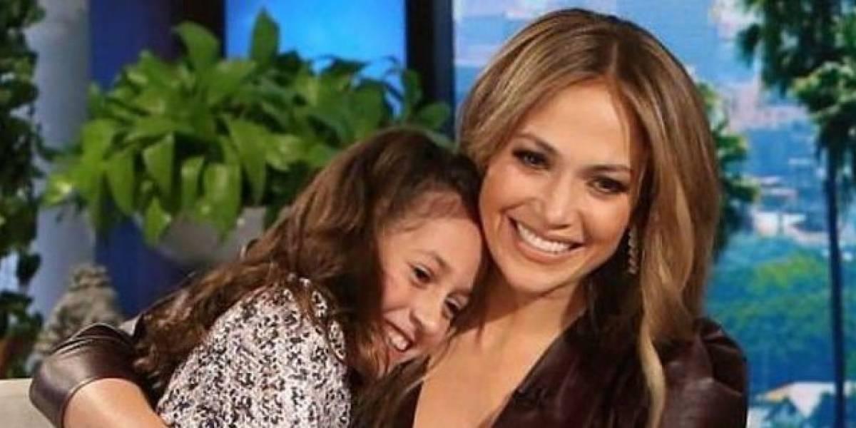 La hija de Jennifer Lopez, Emme impone la moda tie dye en un colorido suéter y tenis Converse en paseo por Central Park