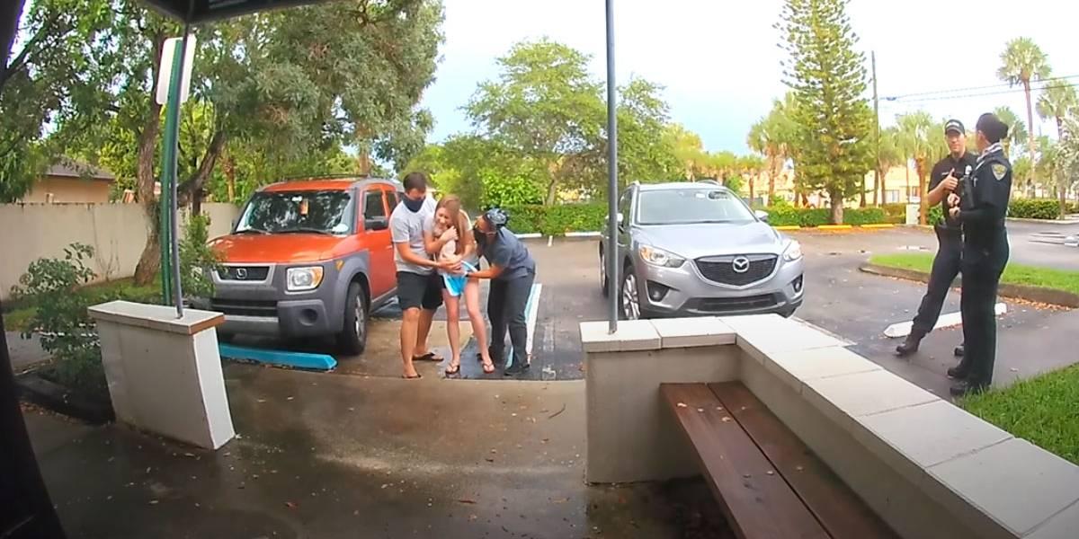 Vídeo de mulher dando à luz no estacionamento do hospital se torna viral