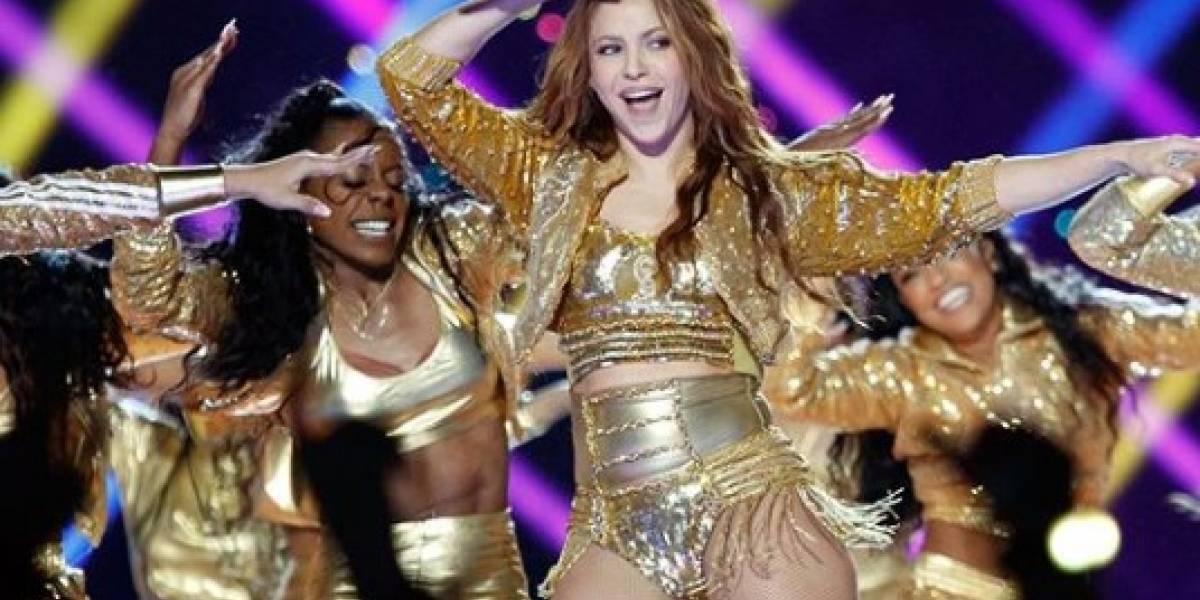 Shakira hermosa con short de mezclilla roto y top de bikini metalizado en la playa
