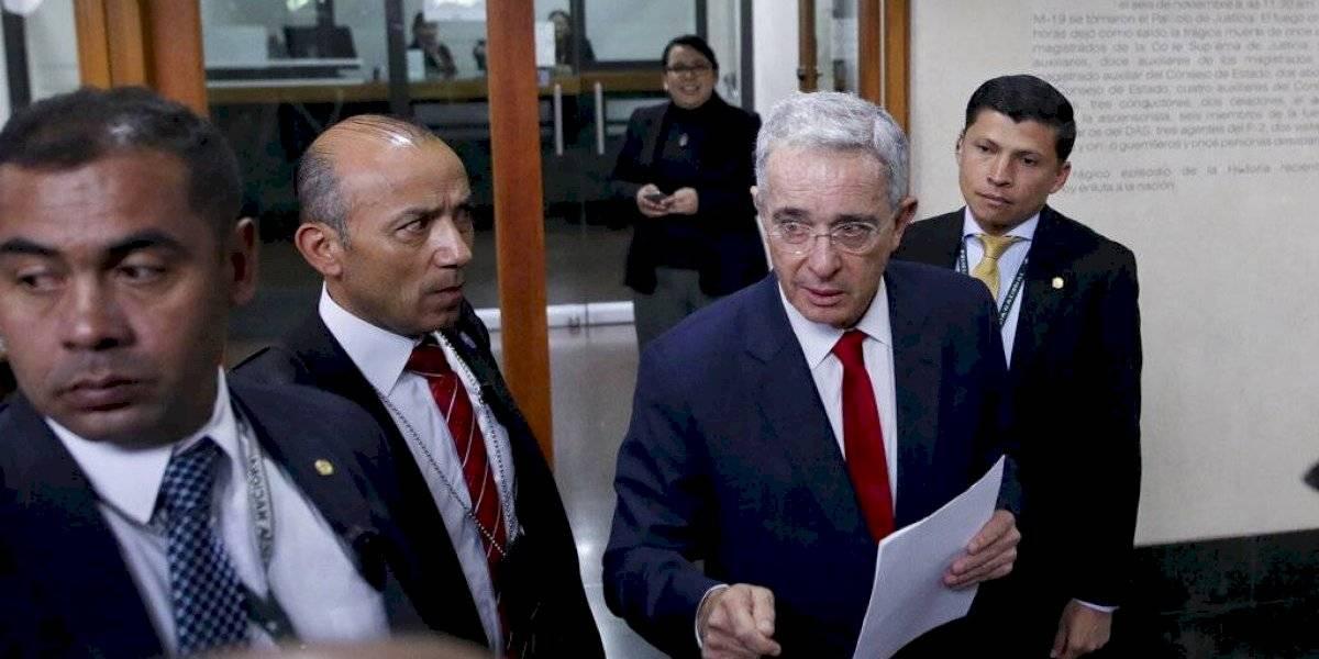 Expresidente colombiano Álvaro Uribe permanecerá detenido mientras es investigado