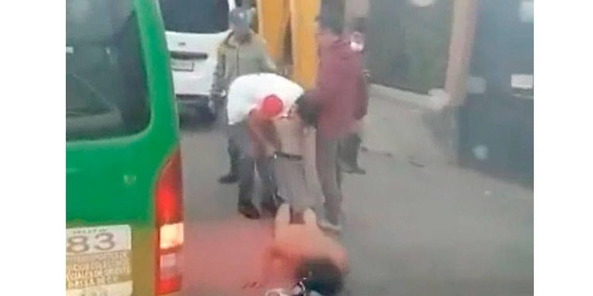 Ladrão apanha de passageiros de ônibus e é deixado pelado na rua