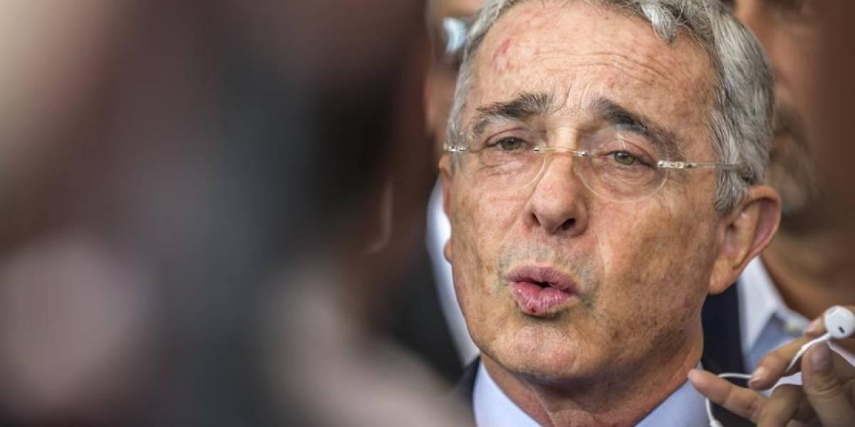 Instalan valla en contra de Álvaro Uribe en la que ponen su foto de preso