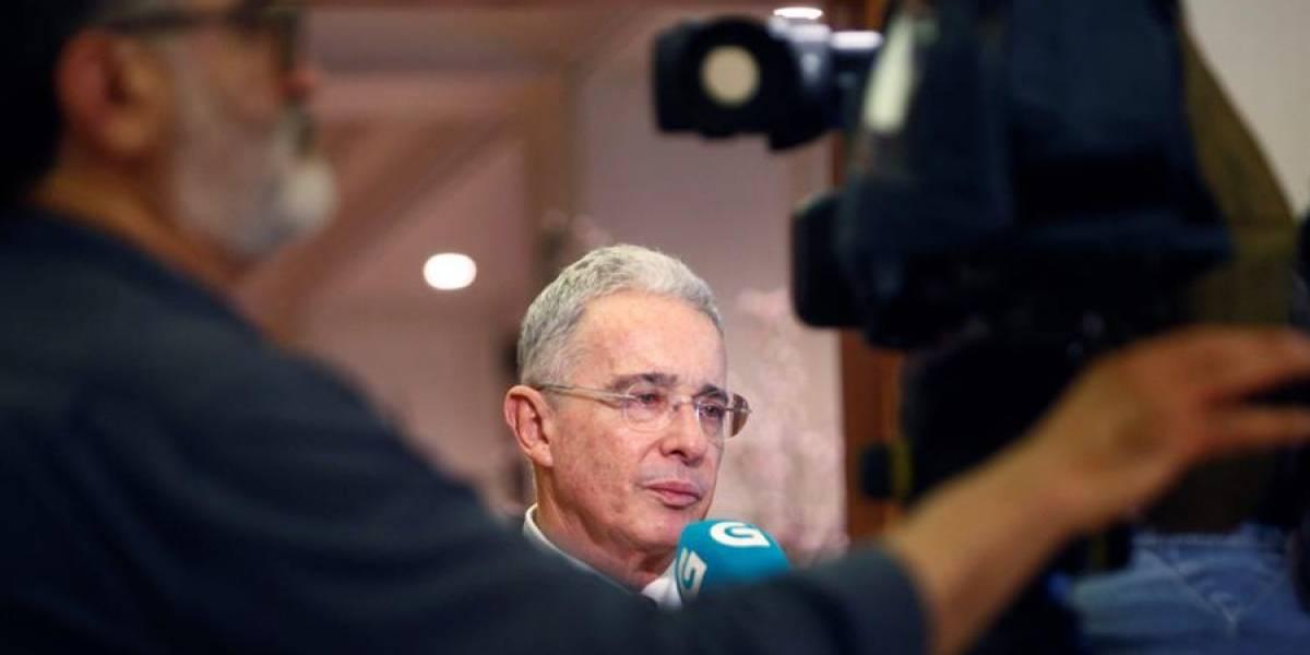 Imagen de Álvaro Uribe causó batalla en Washington
