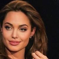 Angelina Jolie irradia belleza con un top de cristales y maxi falda de seda plisada