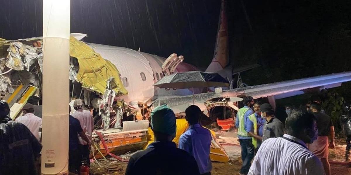 Impresionantes fotos del accidente de avión que se partió en dos en India