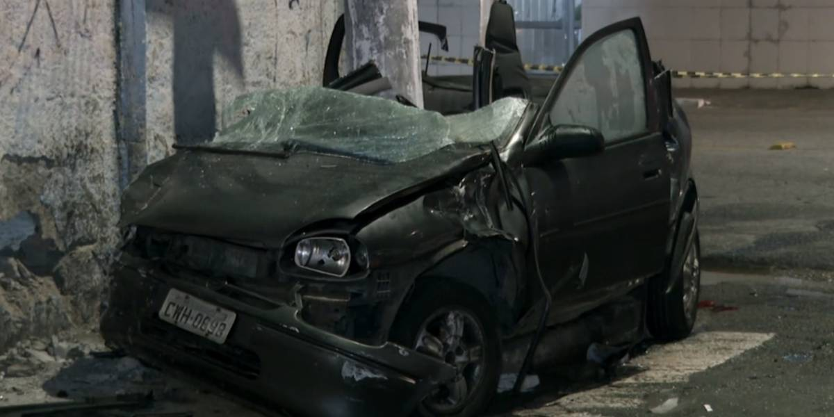 Bombeiros cortam teto de carro para resgatar vítimas de acidente