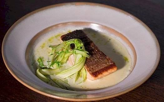 Receita de salmão unilateral com beurre blane de alho-poró