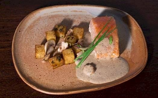 Receita salmão unilateral com molho de cogumelos e batatas douradas