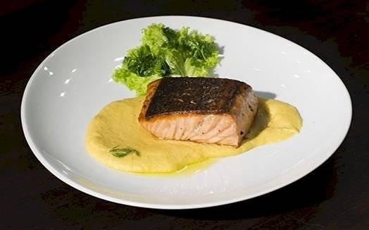 Receita de salmão assado com purê de milho