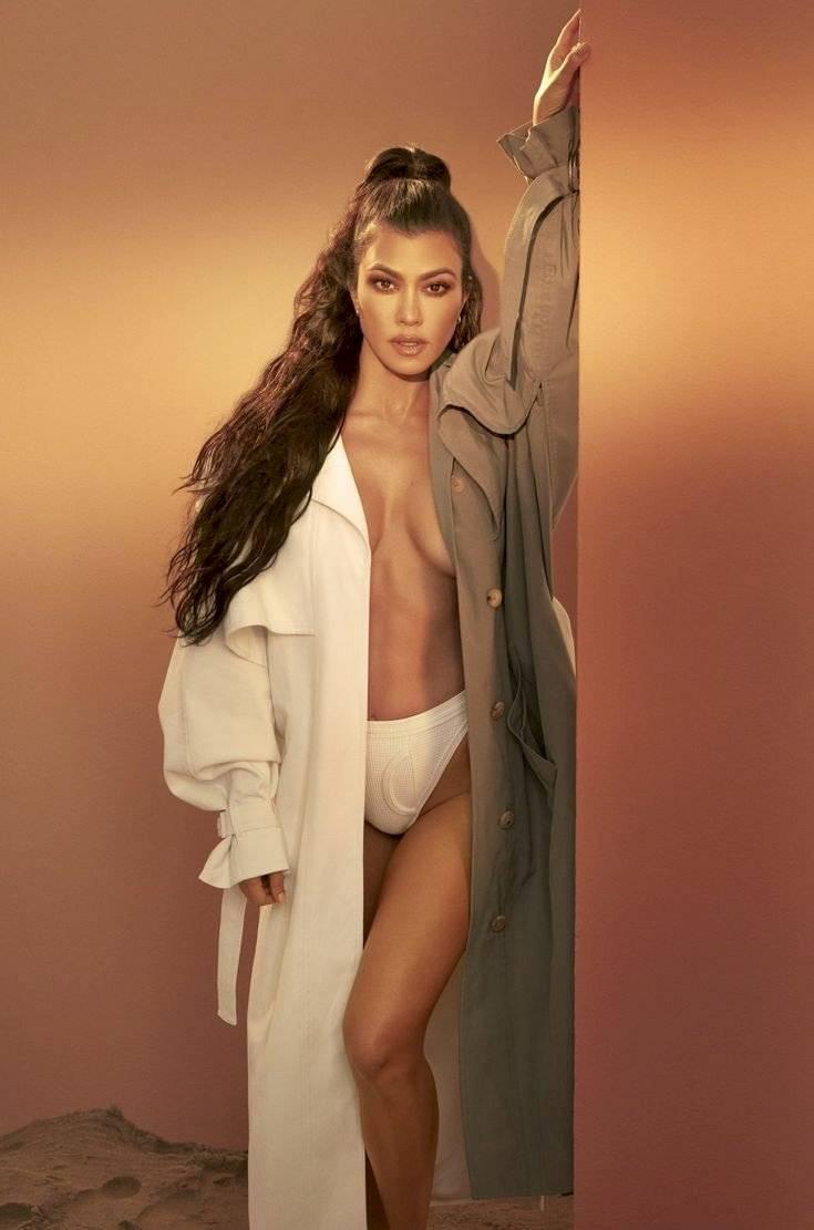 Kourtney Kardashian destila elegancia con una minifalda de lana coqueta y una camiseta con sandalias trenzadas