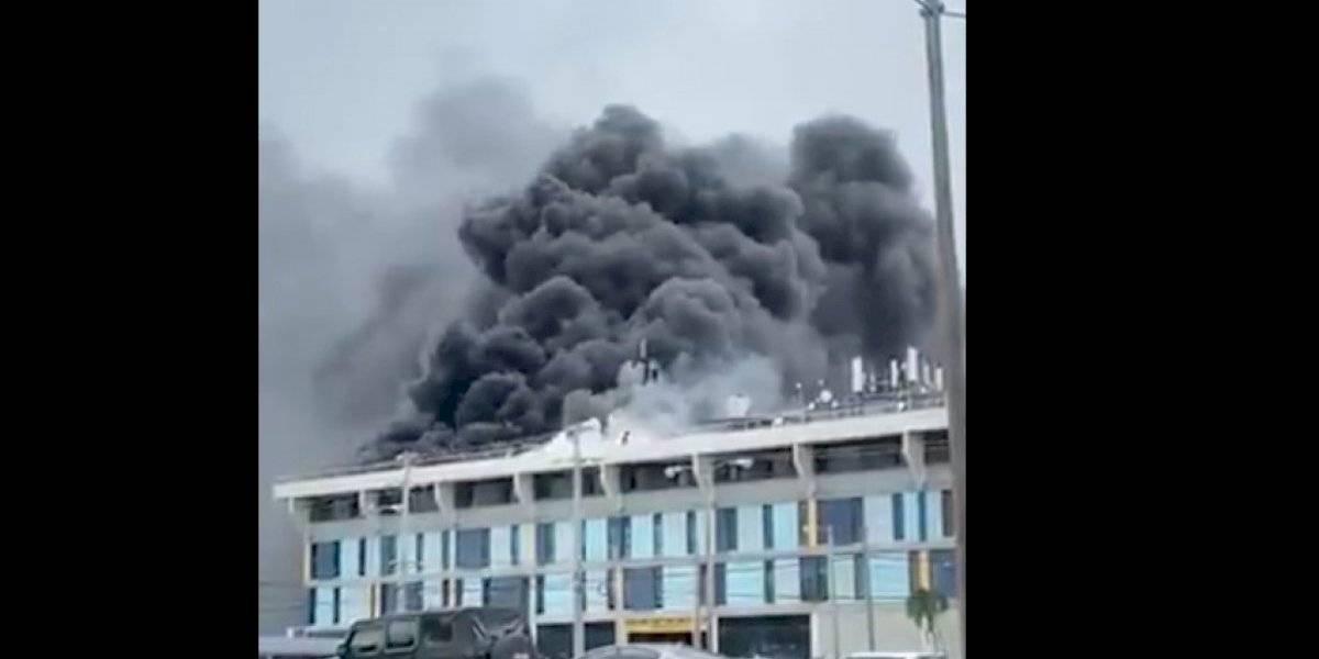 Reportan fuego de grandes proporciones en un edificio de Río Piedras